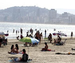 Banhistas aproveitam 'veranico' em Santos: confira imagens