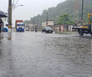 Santos tem pontos de alagamentos nesta segunda-feira chuvosa.