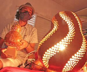 Artesão faz peças de decoração e luminárias de cabaça em Itanhaém