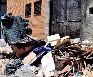 Longe da orla, lixo se acumula em Santos