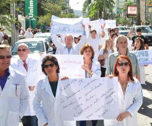 Manifestação de médicos em Santos