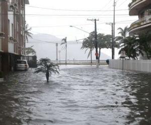 Na Ponta da Praia, ondas de mais de três metros derrubaram as muretas a interditaram a Avenida Saldanha da Gama. Travessia de balsas foi paralisada