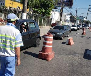 Mesmo com pedido de que fiquem em casa, muitos moradores pegaram seus carros e decidiram descer a serra em direção ao litoral paulista