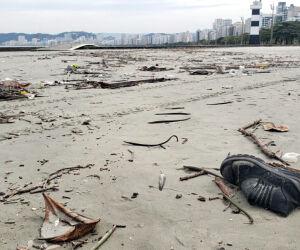 Em fotos, é possível ver garrafas e até mesmo calçados velhos próximo ao mar