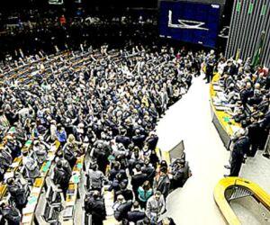Deputados e senadores retomam as atividades nesta terça-feira (16)