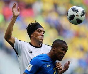 Douglas Costa defende Neymar e fala em responsabilidade dividida
