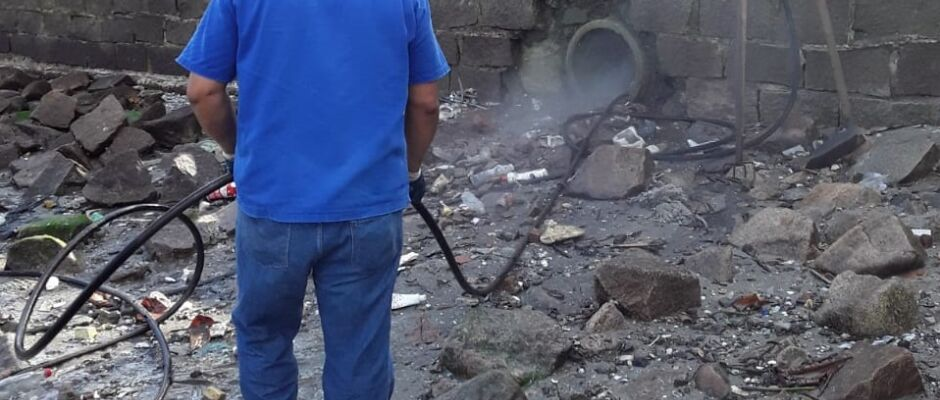 Em Santos, limpeza do sistema de drenagem chega à Ponta da Praia
