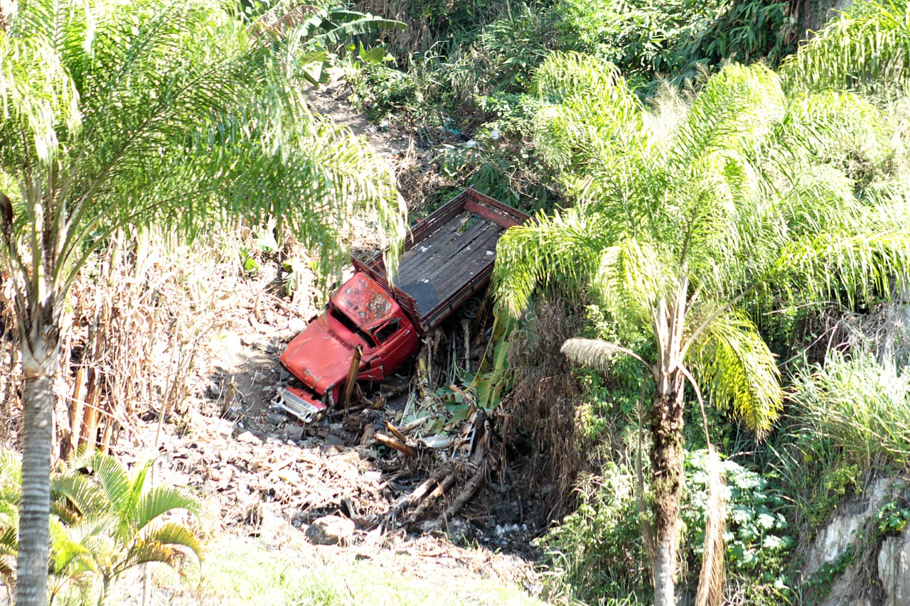 Caminhão ainda não tem data para ser retirado do local onde caiu