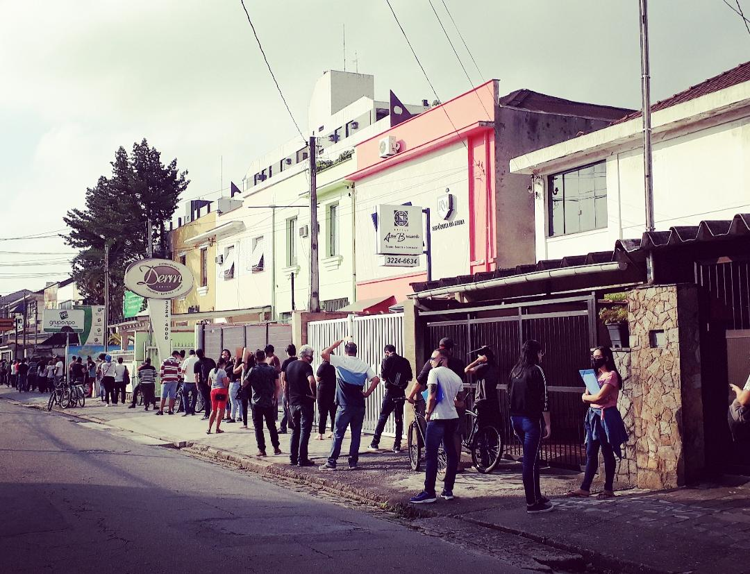 Por volta de 40 pessoas formaram fila em frente de pizzaria para tentar uma vaga de emprego