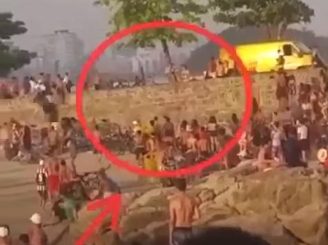 Após furtar itens de dentro do veículo com identificação dos Correios, suspeitos fugiram a pé pela faixa de areia em São Vicente
