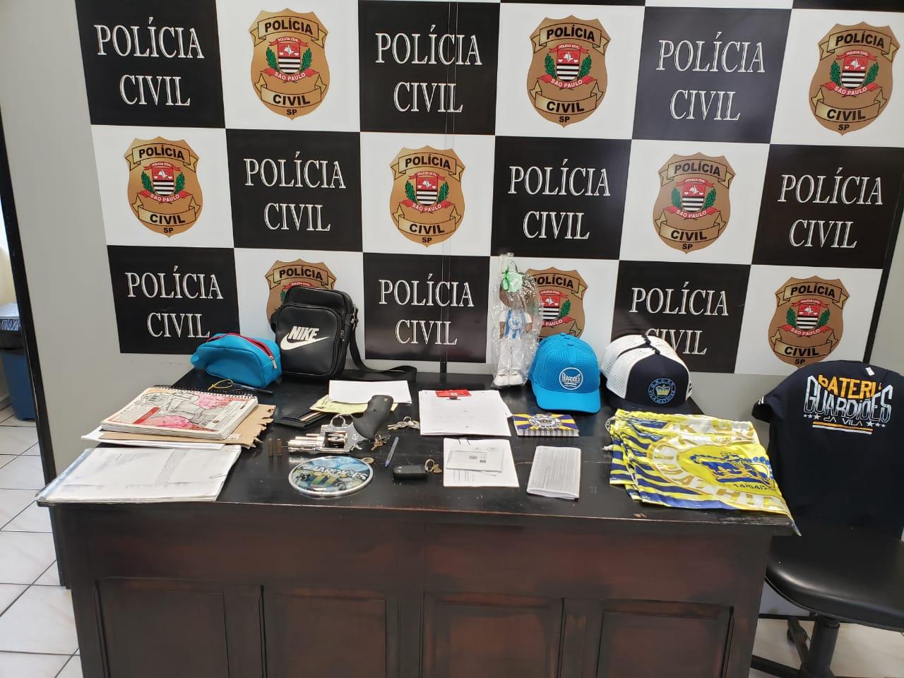 Arma de fogo com numeração raspada e outros objetos apreendidos (Foto: Divulgação/Polícia Civil)