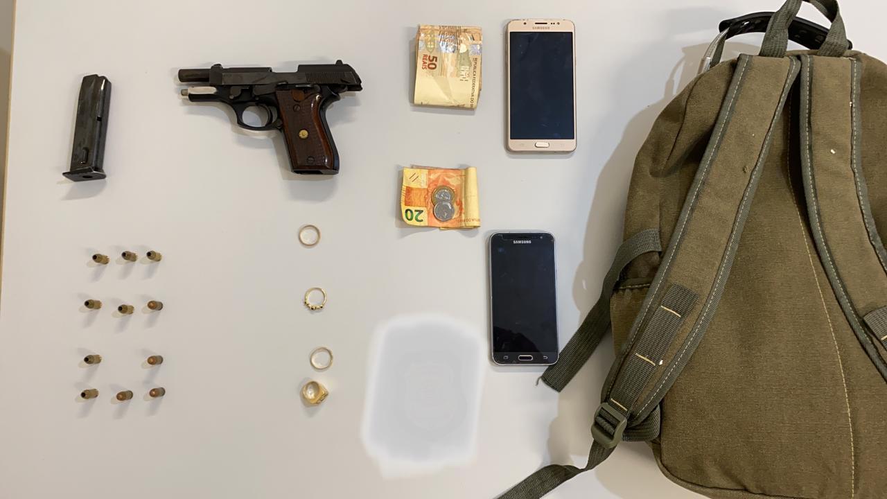 Os policiais apreenderam arma e o dinheiro e objetos que seriam roubados (Divulgação/Polícia Civil)