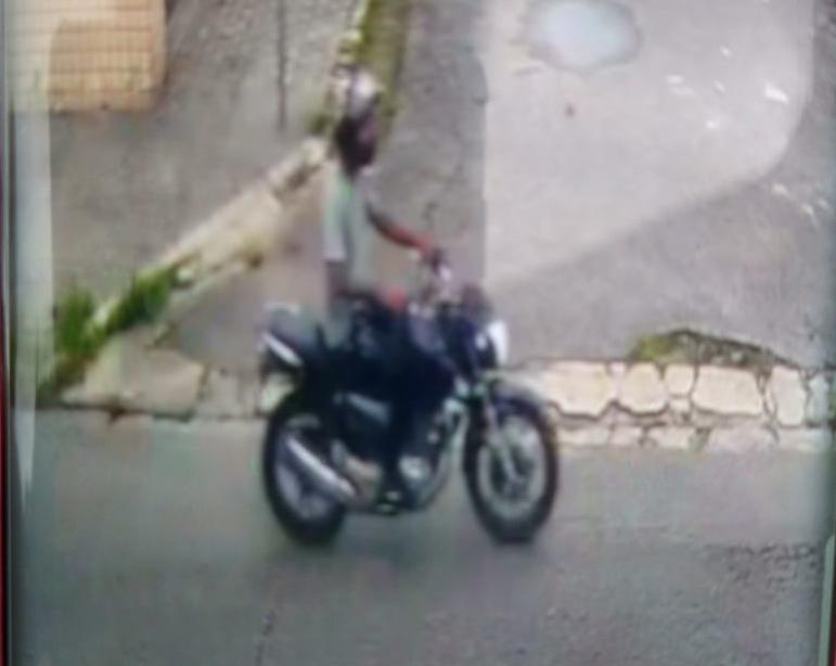 Câmeras de monitoramento captaram o criminoso, que é pardo, magro e usava camisa verde (Imagem: Reprodução)