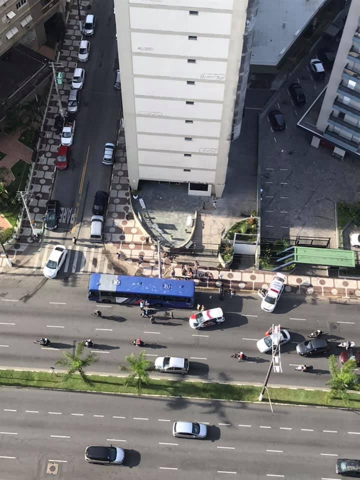 Colisão entre moto e ônibus complicou situação do trânsito na região