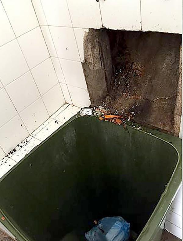 Fundo do duto onde a recém-nascida caiu, tendo o ferimento fatal na cabeça (Foto: Divulgação/Polícia Civil)