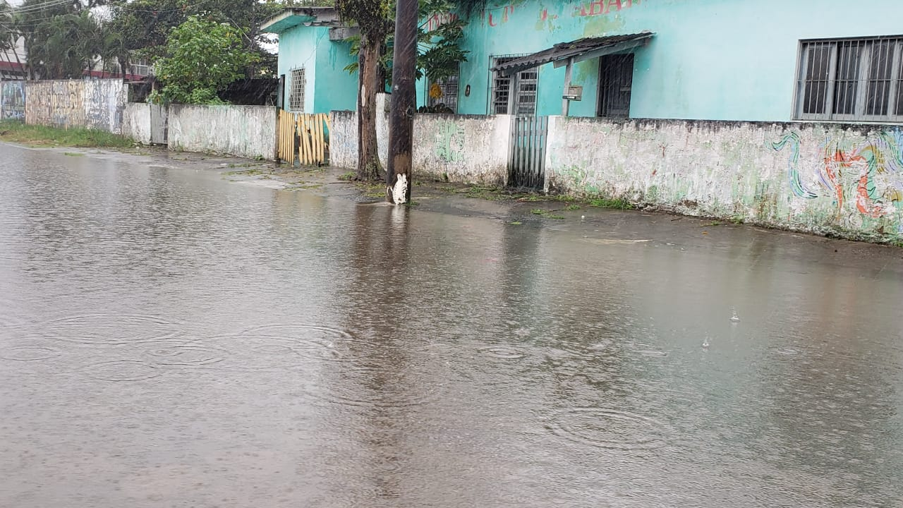 Chuva forte deixa ruas de Itanhaém alagadas