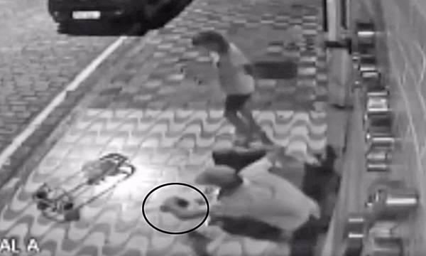 Vídeo obtido pela Reportagem mostra o homem retirando parte do encanamento. Moradores explicam que é para trocar por drogas