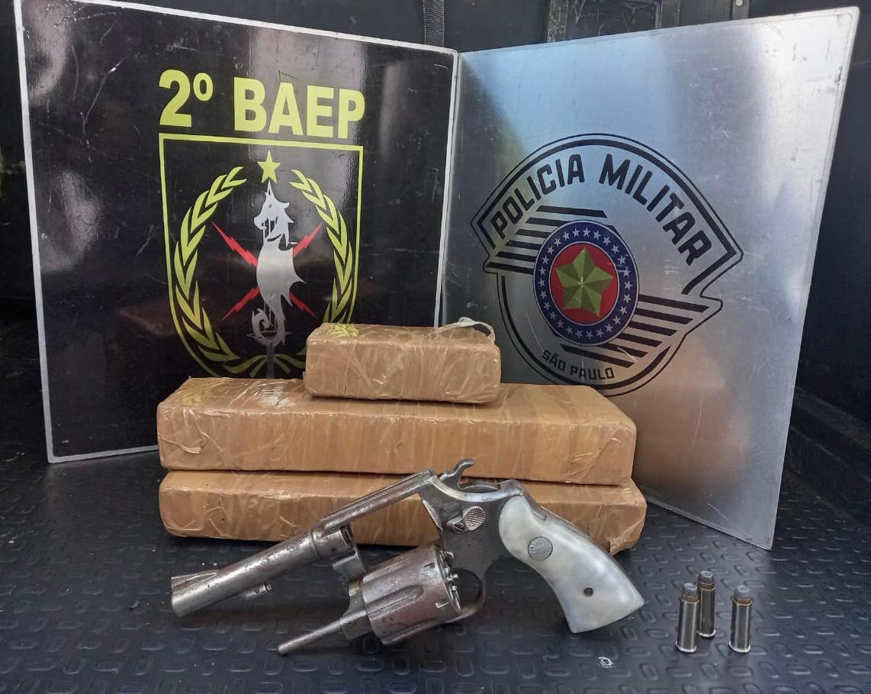 Tabletes de maconha e revólver apreendidos na ação (Divulgação/Polícia Militar)
