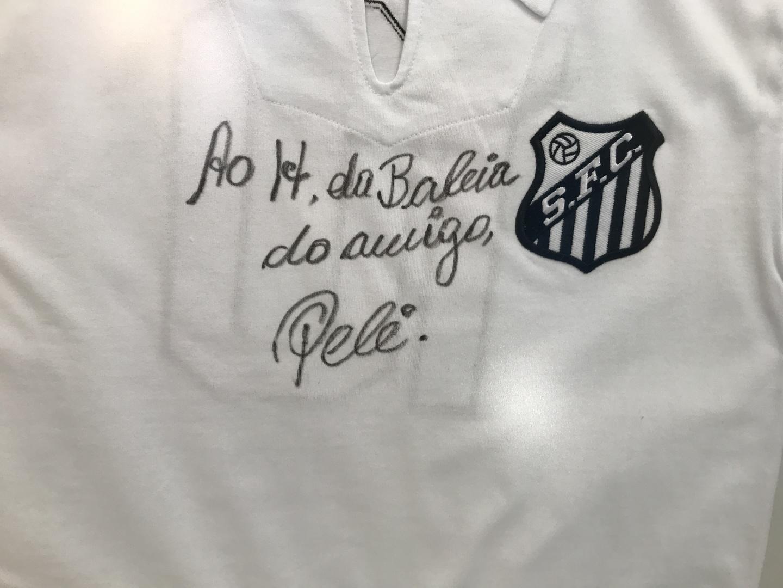 Camisa autografada por Pelé é rifada em prol de reforma em hospital