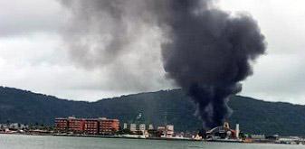 Guarujá: Embarcação pega fogo na vila Lígia; veja imagens