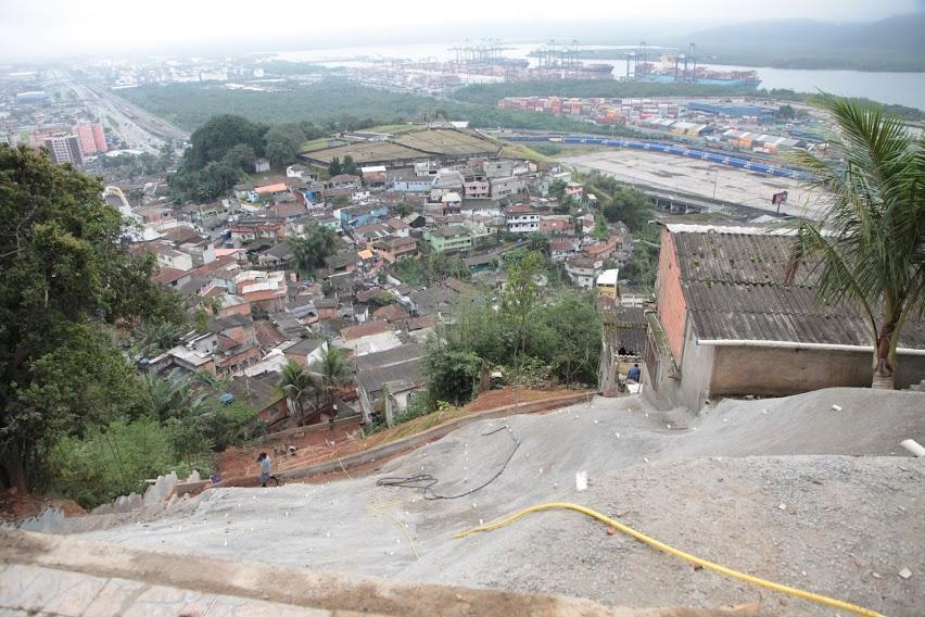Obras para evitar deslizamentos em morros de Santos