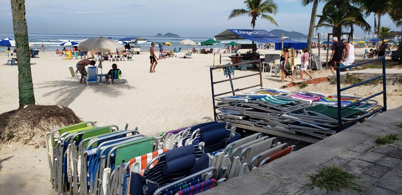 Confira o movimento na praia da Enseada, em Guarujá