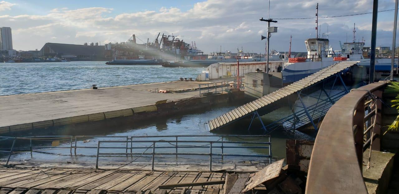 Navio bate em balsa na travessia Santos x Guarujá: veja o estrago!