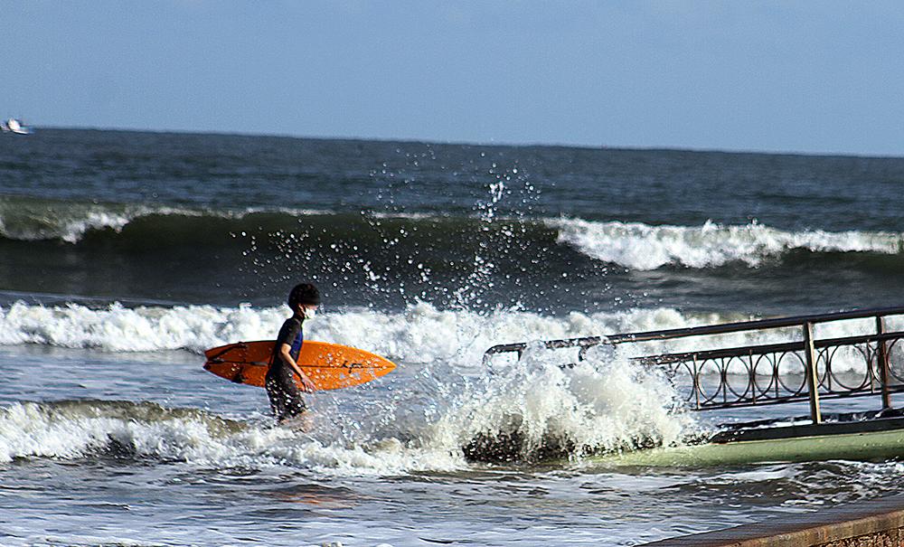 Dia gelado e com mar agitado em Santos: confira movimento desta terça