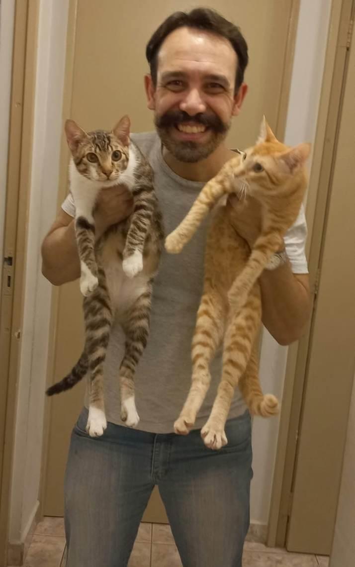 Fernando e os gatos Bananinha e Goiabinha - Arquivo pessoal