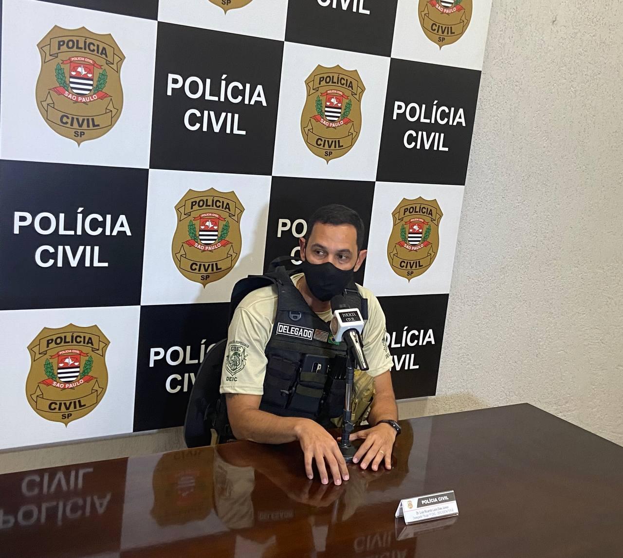 O delegado Luiz Ricardo de Lara Dias Júnior, responsável pela operação, em entrevista coletiva nesta quinta-feira (9) (Foto: Gilmar Alves Jr./DL)