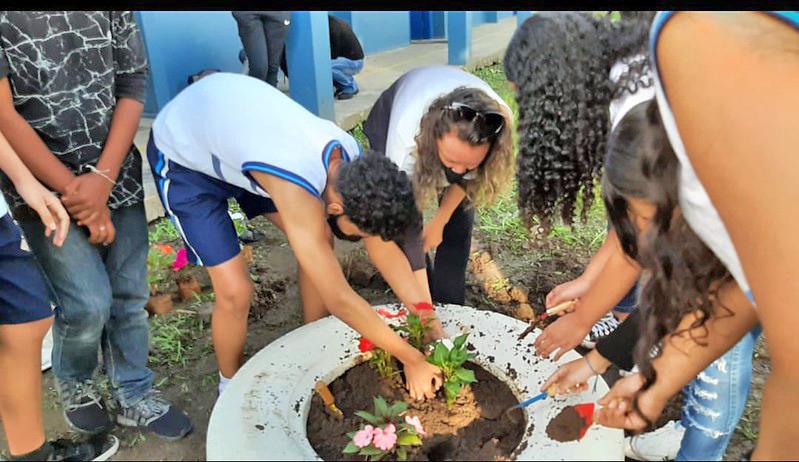 Guarujá: alunos guardam 'cápsula do tempo' para ser reaberta em 2031