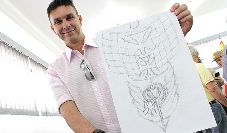 O artista responsável pela confecção da Eco Caravela, Israel Diniz e o protótipo do projeto sustentável / Matheus Tagé/DL