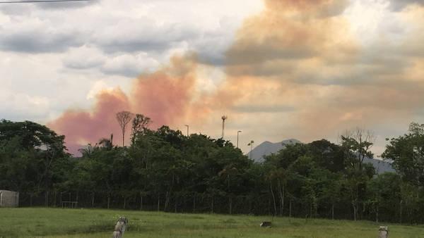 Incêndio atinge fábrica de fertilizantes e provoca fumaça laranja em São Paulo