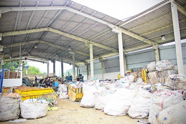 Até 2015, quem realizava o serviço era a Terracom. A média de material enviado para a reciclagem ficava em torno de nove toneladas por mês. Depois que a cooperativa assumiu, passou a reciclar 60 toneladas/mês