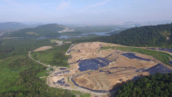 A Reportagem acompanhou um dia de trabalho no aterro Sítio das neves, que começou a operar em fevereiro de 2003, administrado pela empresa terrestre ambiental