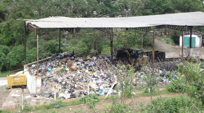 Localizada no Morrinhos, a área de transbordo do Guarujá recebe o lixo diário, bascula e envia os detritos para o