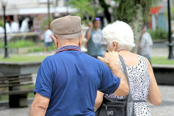 Aposentados do INSS começam a receber 13º salário no fim de agosto