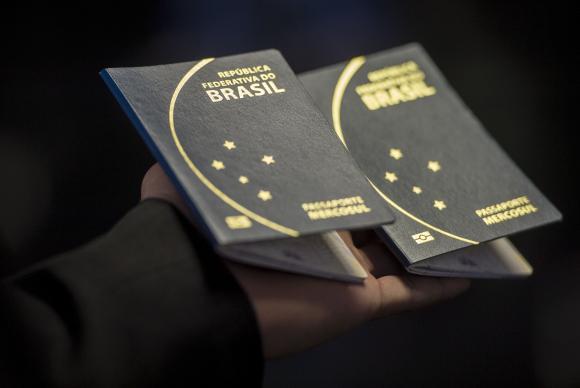 PF informa que ainda não recebeu verba para retomar confecção de passaportes