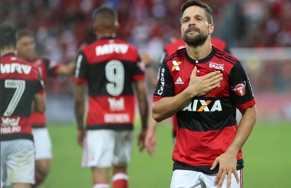 Presidente do Cruzeiro festeja cantando hino do clube após classificação