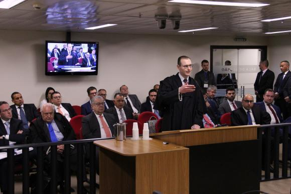 Relator no TRF4 vota por condenação e aumento de pena de Lula