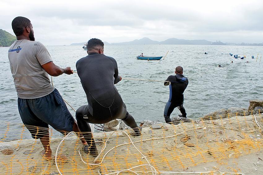 Na última segunda-feira, primeiro tapete foi colocado no mar, mas ainda faltam procedimentos para a instalação definitiva