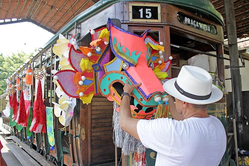 O carnaval santista nasceu no bairro Chinês, onde havia chácaras de orientais, com dois grandes blocos
