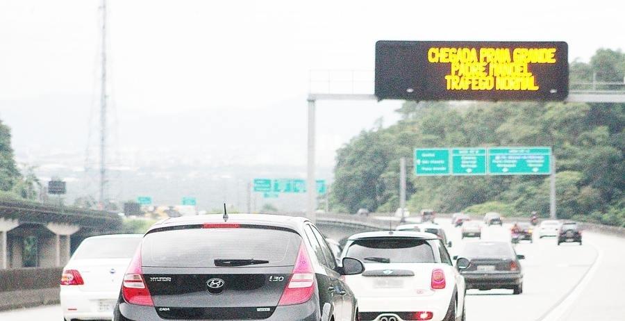 A concessionária espera a passagem de 300 mil a 500 mil veículos em direção à Baixada Santista, de 0h de quinta-feira (8) até às meia noite de terça-feira (13)