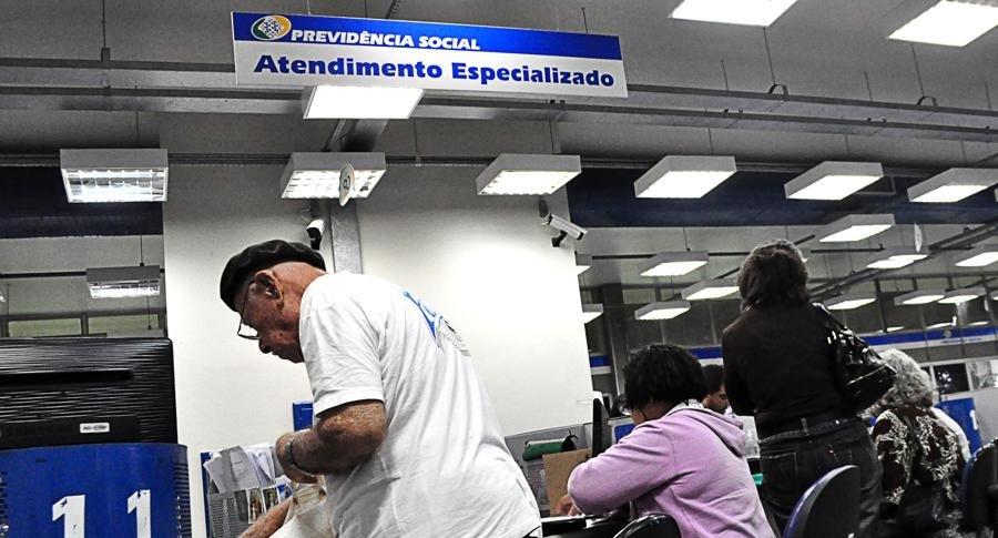 Aposentados e pensionistas devem comprovar vida ao INSS