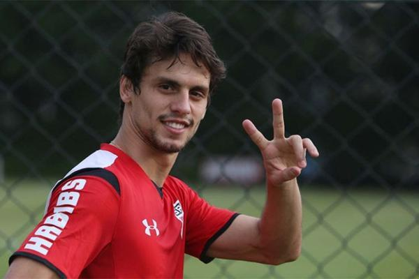 Dorival Júnior tem feito mudanças no centro da defesa, mas Rodrigo é o único