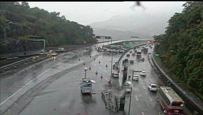O tempo continua encoberto, com chuva em diferentes pontos, e a visibilidade dos motoristas é parcial