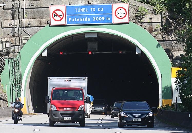 Estradas apresentam tráfego lento em direção ao Litoral