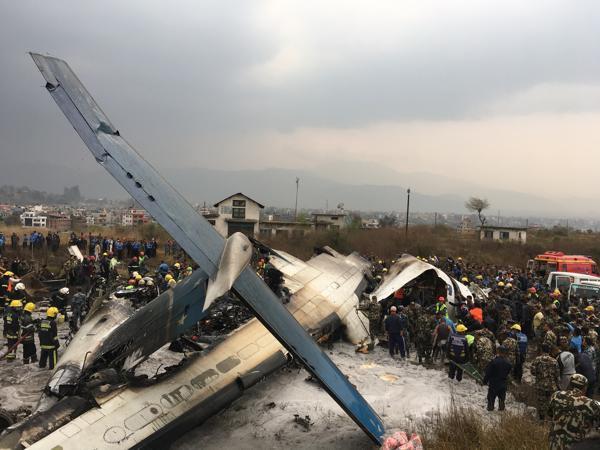 Um avião de passageiros caiu enquanto aterrissava no aeroporto de Katmandu, capital do Nepal, na manhã desta segunda-feira (12)
