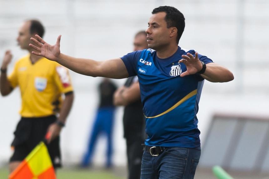 Jair Ventura já observou 31 jogadores desde que chegou ao Santos