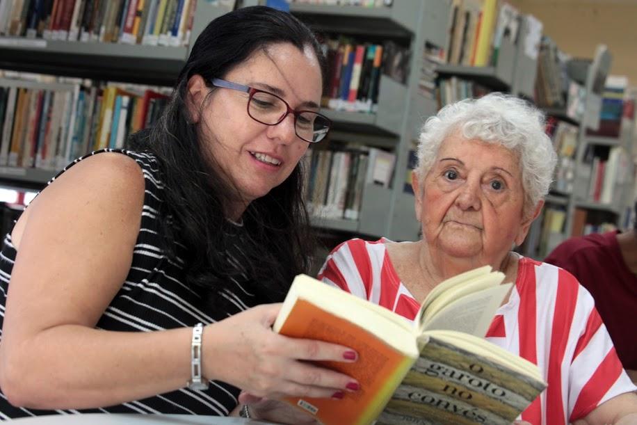 Maria Lopes dos Santos, 91 anos, e Eliana Cuqui, 53 anos, são apaixonadas por livros